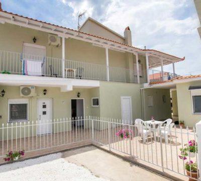 Vila Dimitris, dvorište