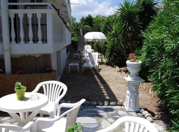 Vila Marinos, dvorište