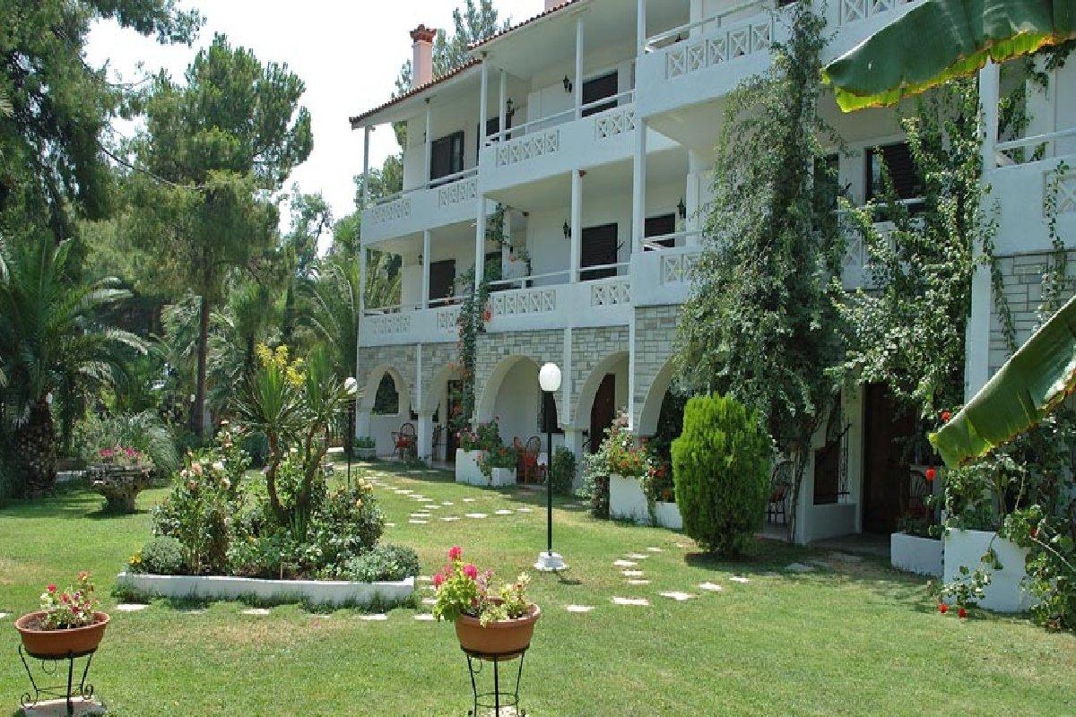 Hotel Porfi Beach- dvorište