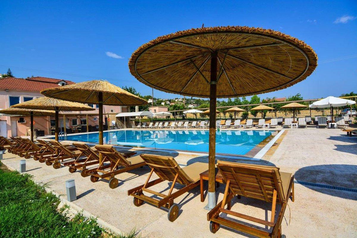 Aqua Mare Resort ležaljke na bazenu