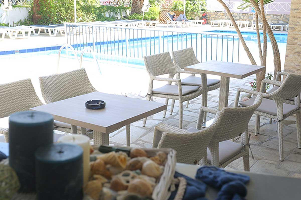 Tropical hotel bar na bazenu