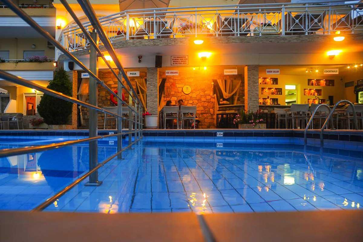 Tropical hotel bazen