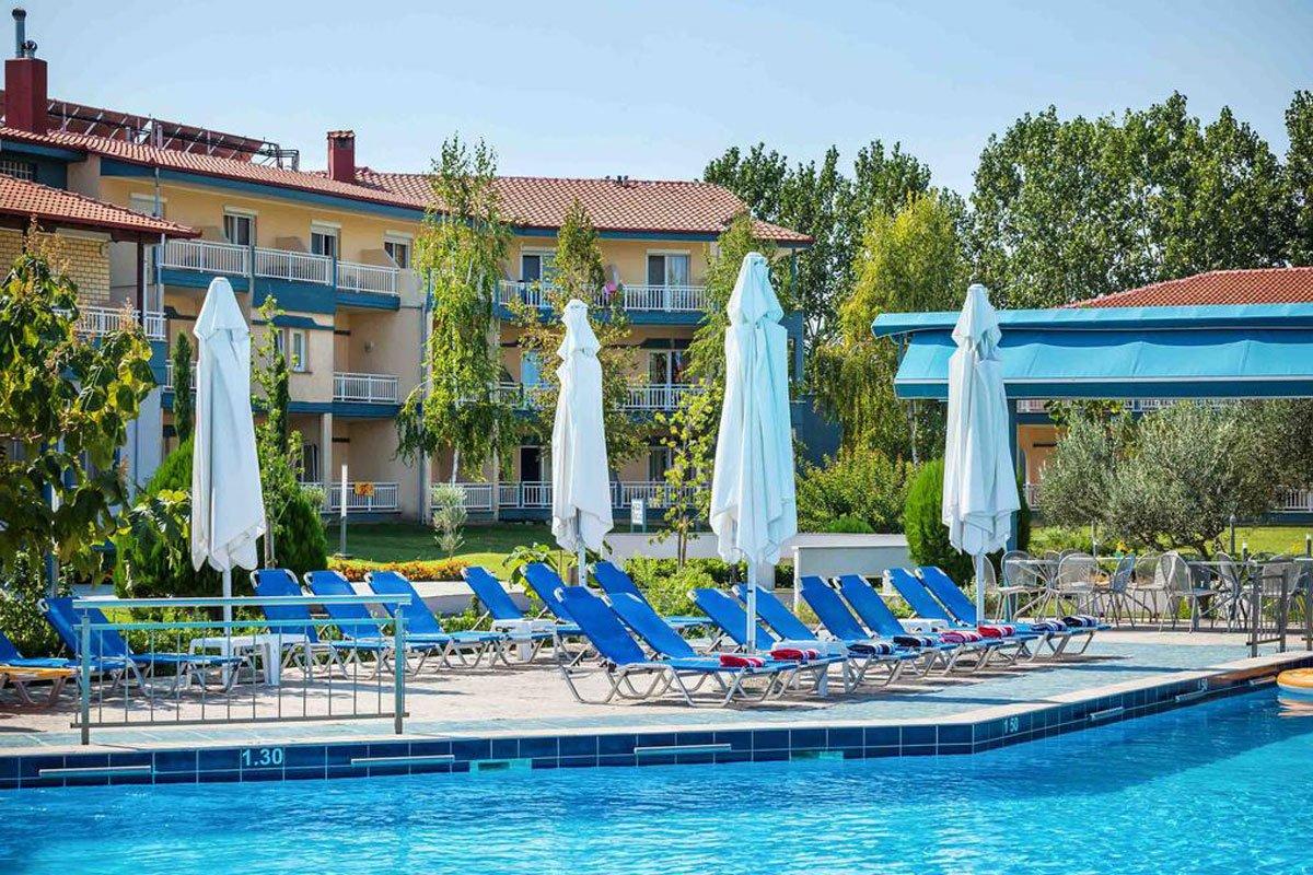 Grand Platon hotel ležaljke na bazenu