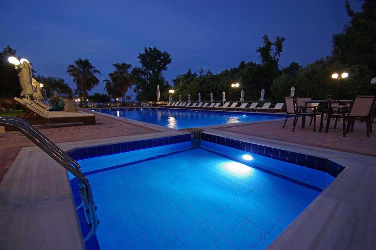 Hotel Sun Beach bazen noću