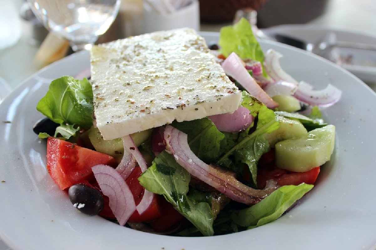 Horiatiki salata sa feta sirom