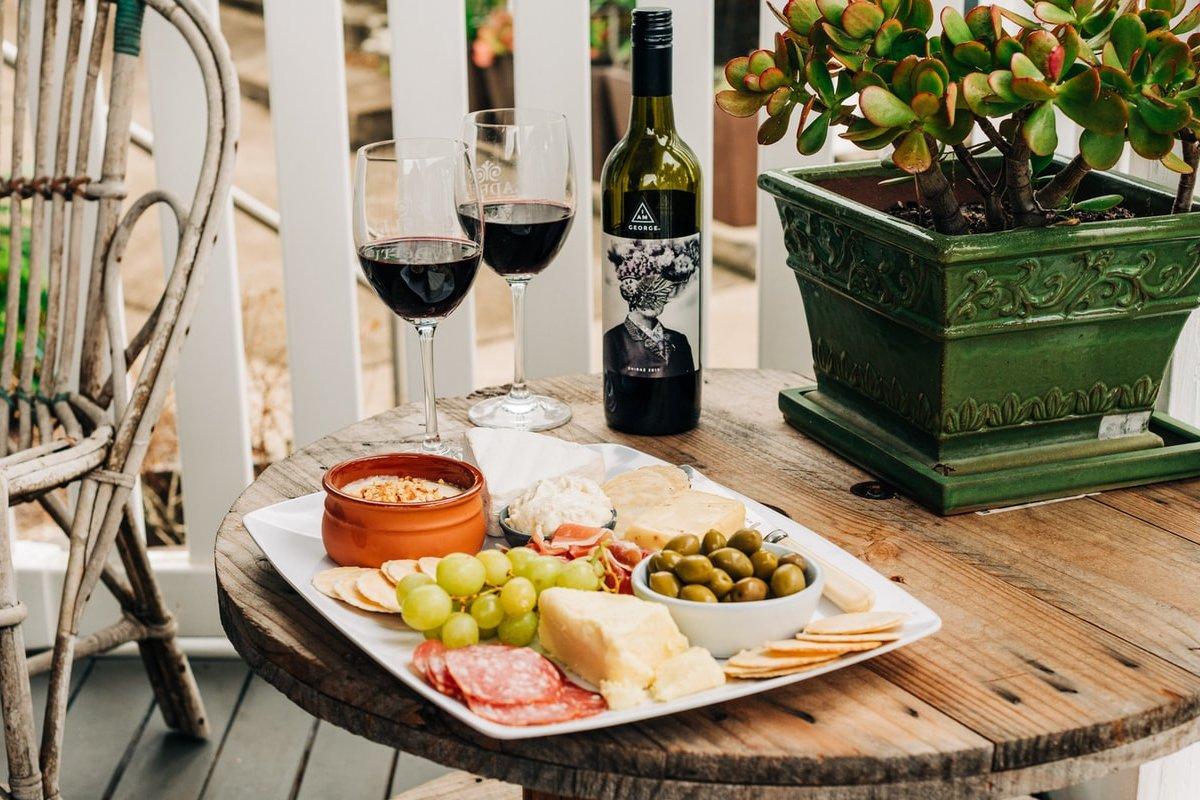 Meze i vino na stolu