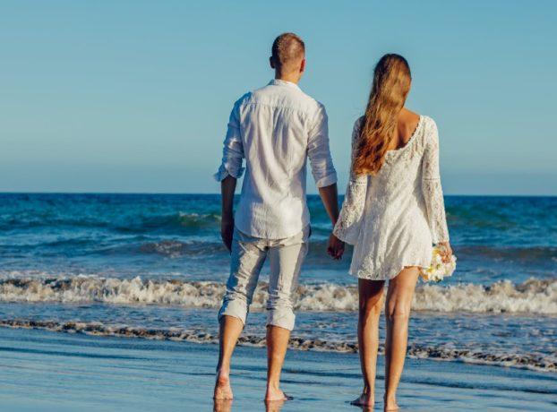 Zaljubljeni par na plaži