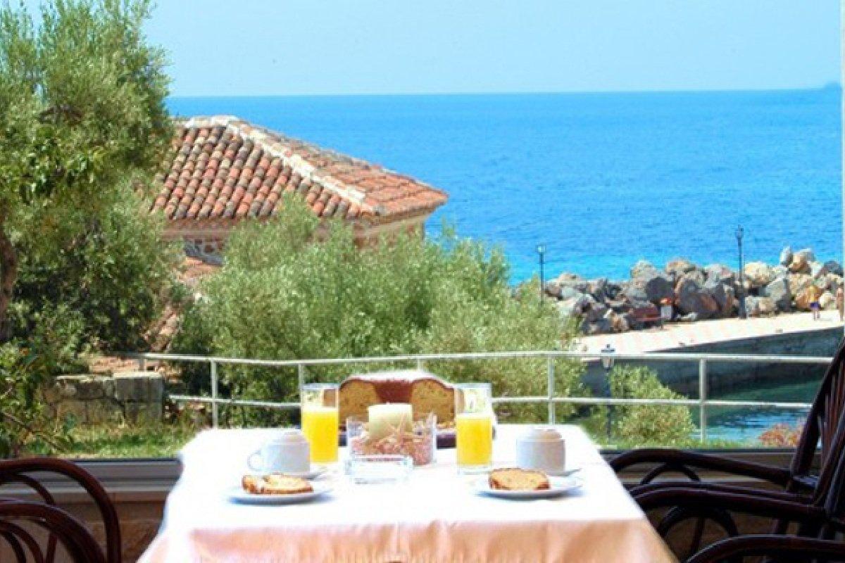 Hotel Xenios Loutra beach terasa