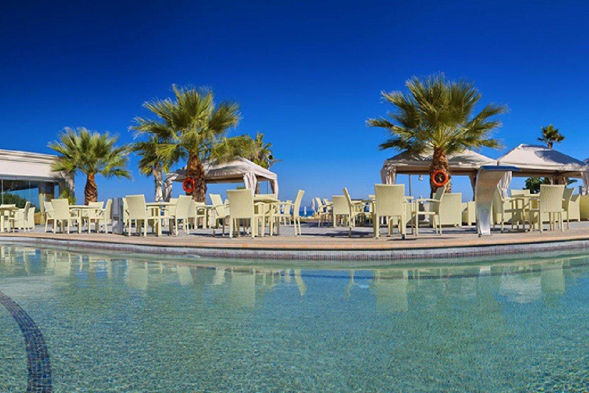 Hotel Elinotel Apolamare ležaljke na bazenu