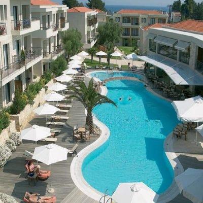 Hotel Renaissance Hanioti Resort ležaljke na bazenu
